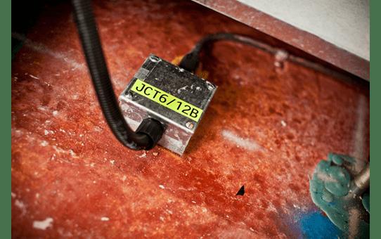 Eredeti Brother TZe-C31 szalag – Fluoreszkáló neon sárga, 12mm széles 4