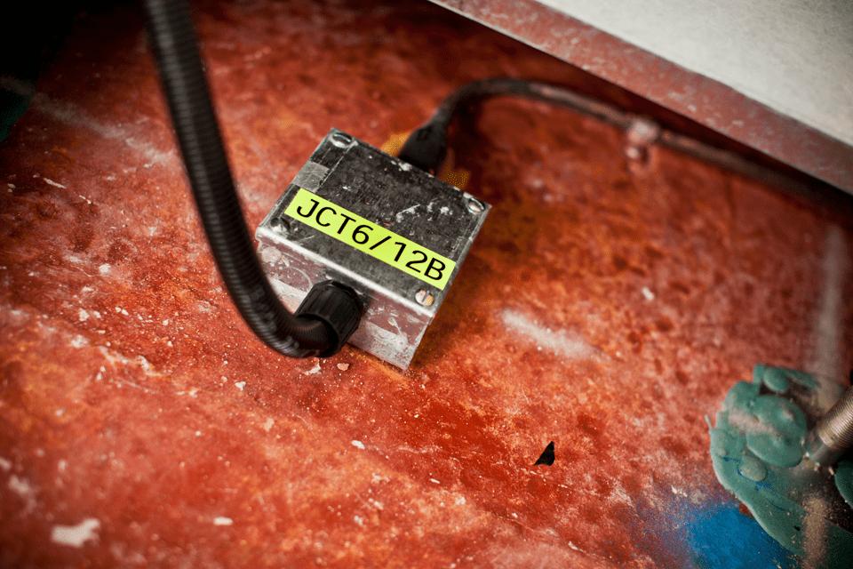 Oryginalna taśma fluorescencyjna TZe-C31 firmy Brother – czarny nadruk na żółtym fluorescencyjnym tle, 12mm szerokości 4