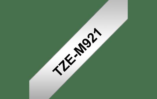 Oryginalna matowa taśma TZe-M921 firmy Brother – czarny nadruk na srebrnym matowym tle, 9 mm szerokości