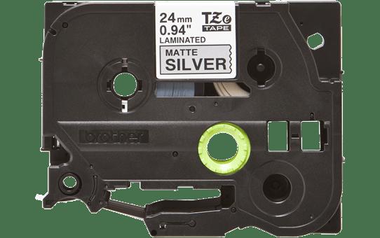Originali Brother Tze-M951 ženklinimo juostos kasetė – juodos raidės ant matinio sidabrinio fono, 24 mm pločio