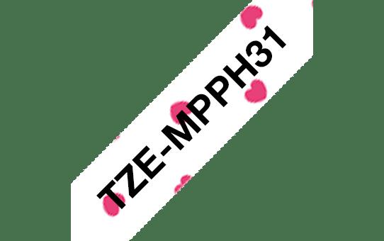 Oryginalna taśma TZe-MPPH31 firmy Brother – czarny nadruk na tle w różowe serca, 12mm szerokości