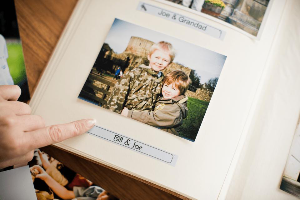 Cinta laminada mate TZeMQ531 Brother en album de fotos