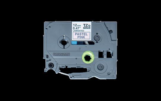 Original Brother TZeMQE31 laminert matt merketape – sort på pastellrosa, 12 mm bred 2