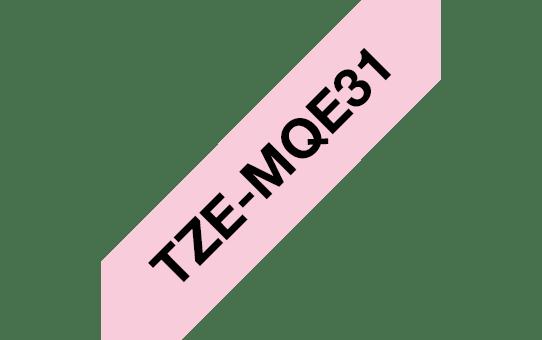 Оригинална касета с лента Brother TZe-MQE31, черен текст на пастелено розова лента, ширина 12mm.