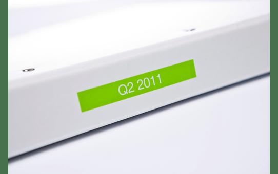 Oryginalna matowa taśma TZe-MQG35 firmy Brother – biała na matowym limonkowym tle, 12mm szerokości 4