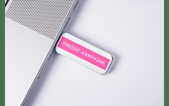 Alkuperäinen Brother TZe-MQP35 tarranauha – valkoinen teksti pinkillä pohjalla, 12 mm 4