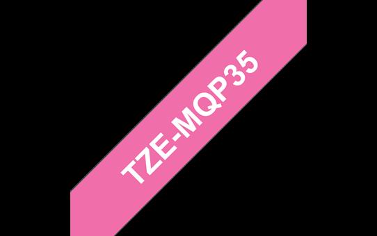 Brother original TZeMQP35laminert matt merketape - hvit på rosa, 12 mm bred
