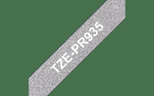 Alkuperäinen Brother TZePR935 -premium tarranauha – valkoinen teksti hopeisella pohjalla, 12 mm