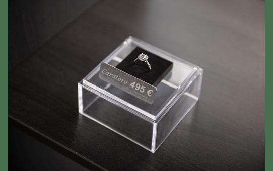 Alkuperäinen Brother TZePR955 -premium tarranauha – valkoinen teksti hopeisella pohjalla, 24 mm 4