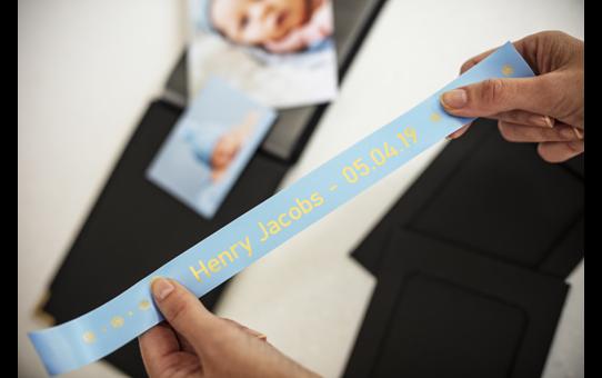 Originalt Brother TZeRL54 silkebånd – gull på lyseblått, 24 mm bred 4