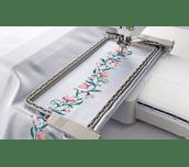 Broderie en continu sur tissu blanc avec le cadre à bordure BF3