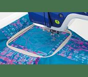 Grauer quadrat. Maschinenstickrahmen 20 x 20 cm mit blauem Quilt EF91