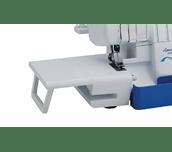 Table d'extension blanche SERGER-WT2 fixée à la surjeteuse