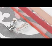 Pied à border réglable F071 sur tissu avec échantillons de biais